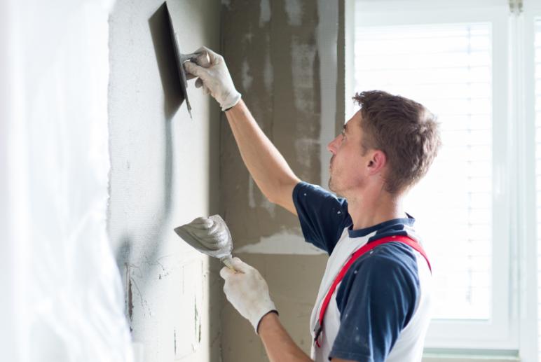 Man working on the plasterwork